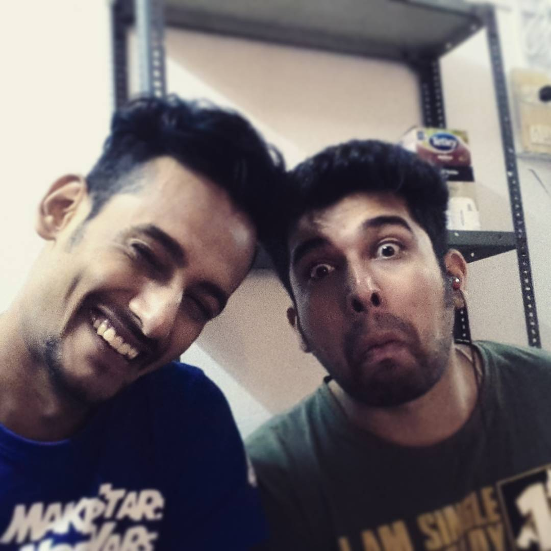 Upar wale ne bhi aisa dost diya, Jo mujhse bhi bada kamina hai... #roomies #bandhu #bros #strugglers #actors #passion #persona #vellapanti #aftershoot #Tragedy & #comedy #Instapic #instaboys #instalyf #rtsa #pulpyorange #vadapav