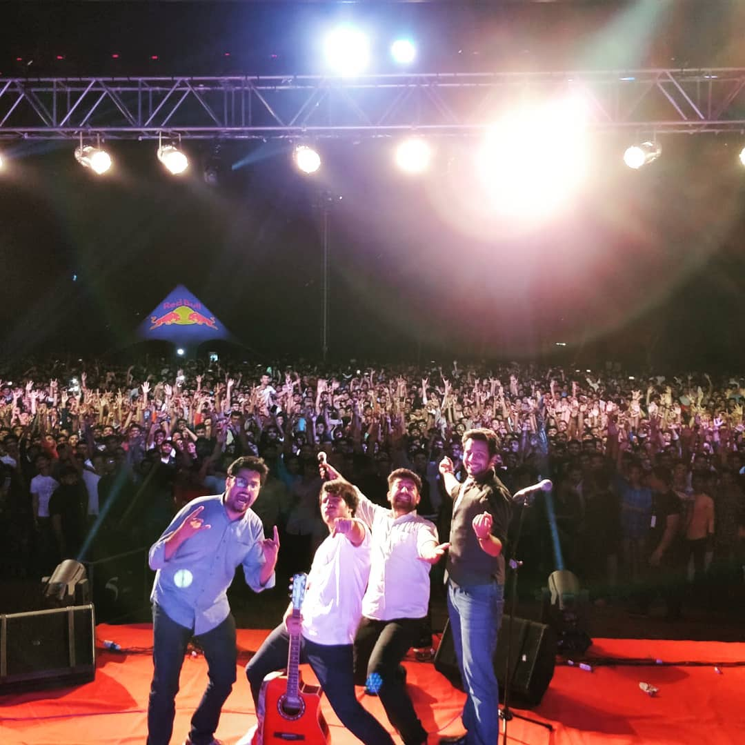 Performed for more than 3500+ crowd today @paruluniversity ... The best college gig I had so far... Love you guys... Thanks @thecomedyfactoryindia & @boyzoneevents for this show... . . #nautanki #tcf #tcfindia #thecomedyfactory #standup #standupcomedy #comedy #comedian #comic #college #collegeshow #liveshow #liveevents #paruluniversity #vadodara #engineering #engineers