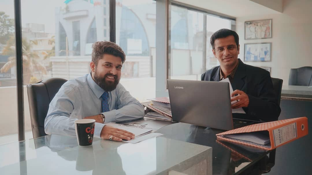 I would have opted to work in a corporate only if @ojasrawal would have been my boss. . Fotografer: @hetan_fr . #corporate #photooftheday #photography #youtube #shoot #behindthescenes #youtubeindia